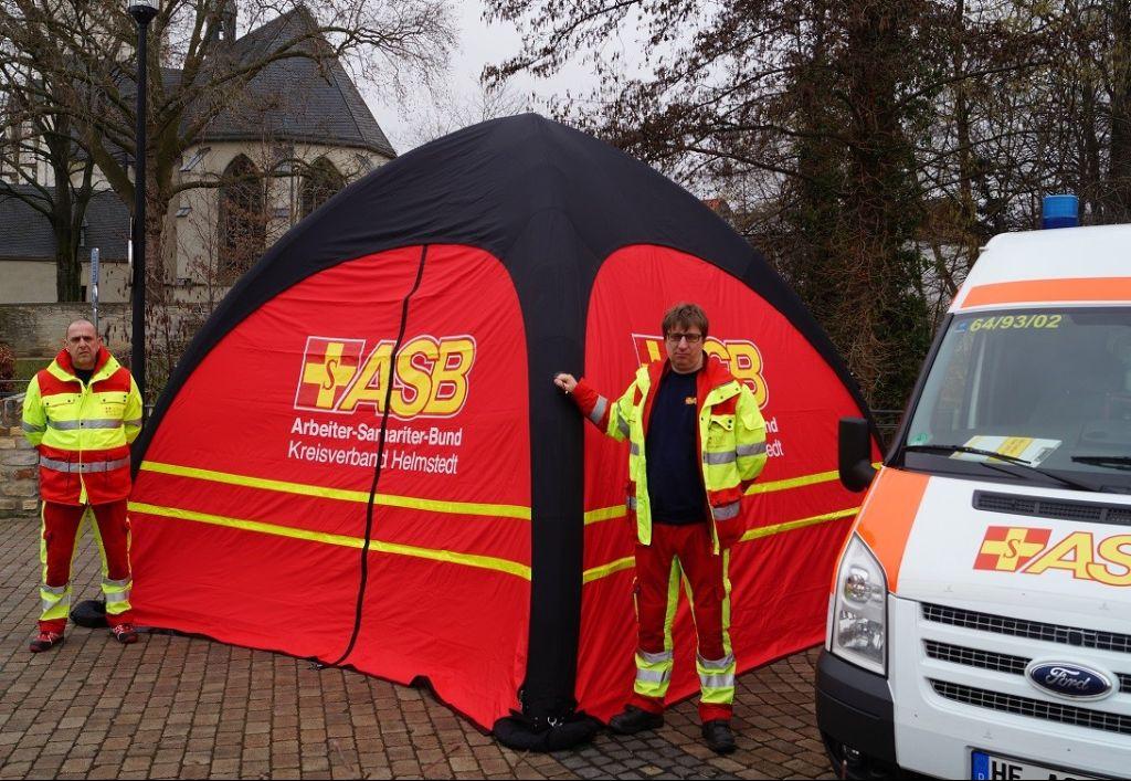 ASB Mitarbeiter und das Zelt